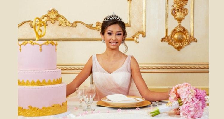 Quinceanera en la mesa de honor con su pastel riquísimo