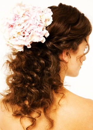 Another hairstyle look that you can complement with an accessory.